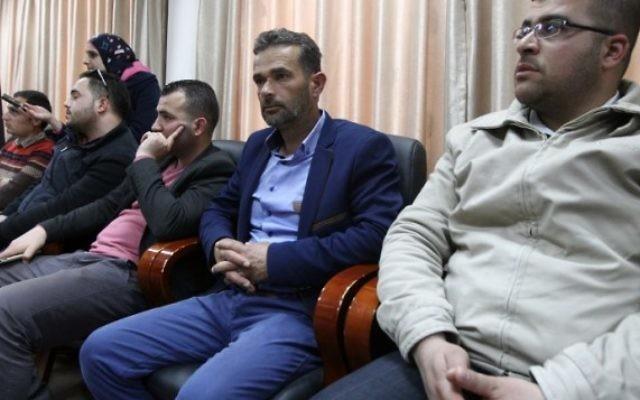 Le père d'Abdul Fatah al-Sharif (au centre), un Palestinien de 21 ans tué par un soldat israélien à Hébron le 24 mars 2016 après une attaque au couteau, alors qu'il semblait déjà neutralisé, pendant une conférence de presse dans les bureaux du gouverneur à Hébron, en Cisjordanie, le 4 avril 2016. (Crédit : AFP / HAZEM BADER)