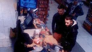 Salah Abdeslam (à droite) et Mohamed Abrini (au centre) dans une station de service de Ressons, au nord de Paris, le 11 novembre 2015. Les deux hommes sont suspectés des attentats de novembre 2015 à Paris et de mars 2016 à Bruxelles. (Crédit : AFP PHOTO / OFF)