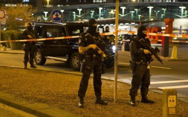 Des policiers hollandais devant un cordon de sécurité à l'aéroport d'Amsterdam - Schiphol dans la nuit du 12 avril 2016, après son évacuation partielle à la suite d'une alerte de sécurité, et l'arrestation d'un personne. (Crédit : AFP/ ANP / Michel van Bergen)