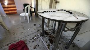 """Un fouet sur une table dans uns chambre de """"Chez Maurice"""", une maison close utilisée par des trafiquants dans la région de Maameltein, au nord de Beyrouth, le 14 avril 2016. (Crédit : AFP PHOTO / JOSEPH EID)"""