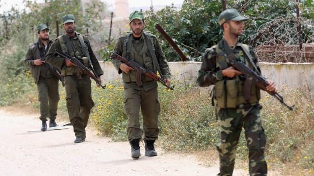 Forces de sécurité du Hamas en patrouille le long de la frontière entre la bande de Gaza et l'Egypte, où le Hamas a commencé à amasser des forces, à Rafah, dans le sud de la bande de Gaza, le 14 avril 2016. (Crédit : AFP/Saïd Khatib)