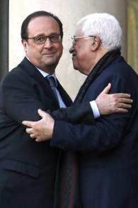 Le président de l'Autorité palestinienne Mahmoud Abbas (à droite) et le président français François Hollande après leur rencontre au palais de l'Elysée, à Paris, le 15 avril 2016. (Crédit : AFP/Dominique Faget)