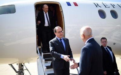 Le président français François Hollande (au centre) est accueilli à son arrivée au Liban par le ministre de la Défense Samir Moqbel (à droite), le 16 avril 2016. (Crédit : AFP PHOTO / STEPHANE DE SAKUTIN)