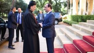 Le président français François Hollande (à droite)  et le cardinal du Liban Mar Bechara Boutros al-Rai, le patriarche maronite d'Antioche et de tout le Levant, à la résidence des Pins, à Beyrouth, le 17 avril 2916. (Crédit : AFP PHOTO / STEPHANE DE SAKUTIN)
