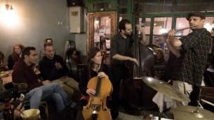 """Le groupe """"Olden You Quartet"""" joue au bar jazz club Beit Haamudim pendant un concert à Tel Aviv le 5 avril 2016.  (Crédit : AFP PHOTO / MENAHEM KAHANA)"""