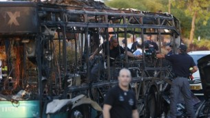 La police inspecte un bus incendié à la suite d'une explosion à Jérusalem le 18 avril 2016. (Crédit : AFP PHOTO / AHMAD GHARABLI)