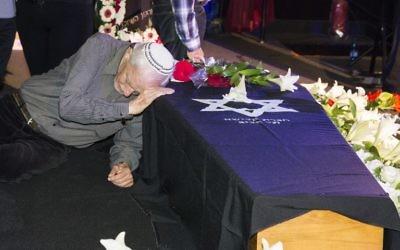 Le père de l'actrice Ronit Elkabetz penché sur le cercueil de sa fille pendant une cérémonie d'hommage à la cinémathèque de Tel Aviv avant ses funérailles, le 20 avril 2016. (Crédit : AFP PHOTO / JACK GUEZ)