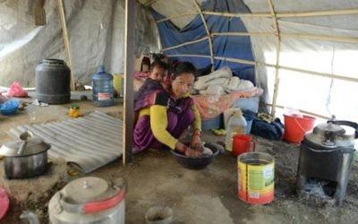 Menuka Rokaya, survivante du tremblement de terre du 24 avril 2015 au Népal, s'occupe de son enfant à Ramechhap, dans la banlieue de Katmandou, le 21 avril 2016. (Crédit : AFP PHOTO / PRAKASH MATHEMA)