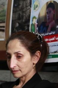 Azhar Abu Srour, la mère d'Abdel Hamid Abu Srour, 19 ans, qui a mené un attentat suicide dans un bus de Jérusalem le 18 avril, le 22 avril 2016. (Crédit : AFP PHOTO / MUSA AL SHAER)