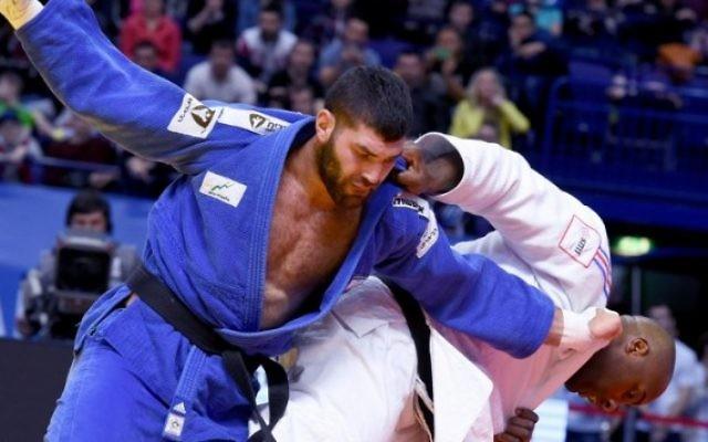 L'Israélien Or Sasson (à gauche) contre le Français Teddy Riner pendant la finale de la catégorie des plus de 100 kg des Championnats d'Europe de judo à Kazan, en Russie, le 23 avril 2016. (Crédit : AFP/Vasily Maximov)