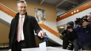 Le candidat du parti d'extrême-droite FPÖ, Norbert Hofer, pendant le premier tour de l'élection présidentielle autrichienne, à Pinkafeld, le 24 avril 2016. (Crédit : AFP/Dieter Nagl)
