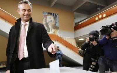 Le candidat du parti d'extrême-droite autrichien FPÖ, Norbert Hofer, pendant le premier tour de l'élection présidentielle autrichienne, à Pinkafeld, le 24 avril 2016. (Crédit : Dieter Nagl/AFP)