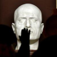 Des militants d'extrême-droite faisant le salut fasciste (salut romain) devant la tombe du dictateur italien Benito Mussolini pendant un rassemblement célébrant le dictateur à Predappio, le 24 avril 2016. Mussolini est né et a été enterré à Predappio. (Crédit : AFP Photo/Tiziana FABI)