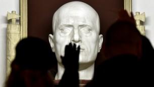 Des militants d'extrême-droite faisant le salut fasciste (salut romain) devant la tombe du dictateur italien Benito Mussolini pendant un rassemblement célébrant le dictateur à Predappio, le 24 avril 2016. Mussolini est né et a été enterré à Predappio. (Crédit : AFP Photo/Tiziana FABI)I