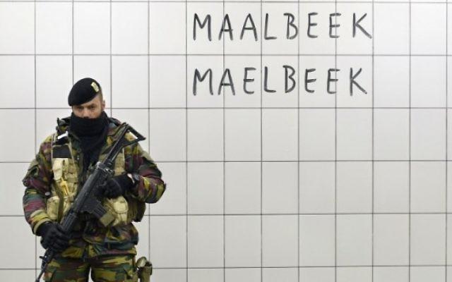Un soldat belge garde la station de métro Maelbeek - Maalbeek le jour de sa réouverture, le 25 avril 2016, à Bruxelles, après plus d'un mois de fermeture suite aux attentats du 22 mars dans la capitale belge. (Crédit : AFP PHOTO / JOHN THYS)