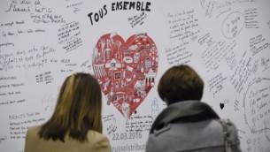 Messages sur un mur commémoratif dans la station de métro Maelbeek – Maalbeek le jour de sa réouverture, le 25 avril 2016, à Bruxelles, après plus d'un mois de fermeture suite aux attentats du 22 mars dans la capitale belge. (Crédit : AFP PHOTO / JOHN THYS)