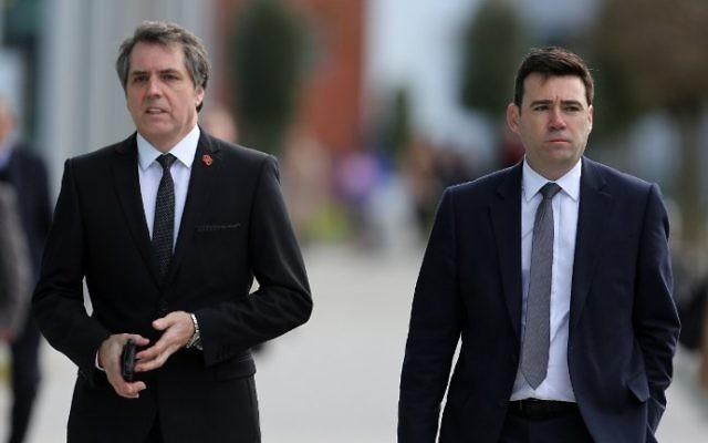 Le député travailliste britannique de Liverpool Walton, Steve Rotheram (à gauche), et le député de Leigh, Andy Burnham (à droite), le 26 avril 2016, à Warrington, Angleterre. (Crédit photo : AFP/Geoff Caddick)