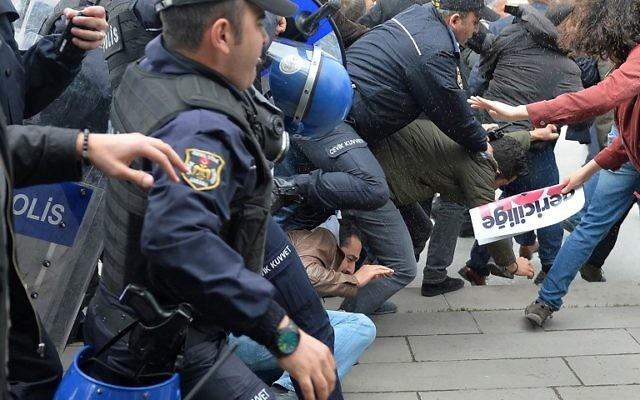 Affrontements entre manifestants lairs et les forces de police turques devant le parlement turc, le 26 avril 2016 (Crédit : AFP PHOTO / ADEM ALTAN)
