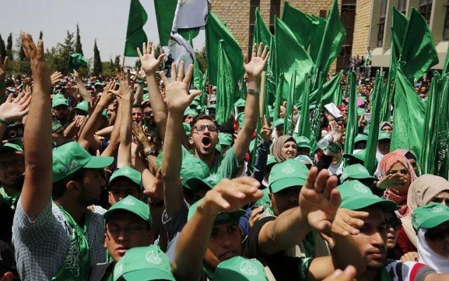 Des étudiants palestiniens soutenant le Hamas pendant un rassemblement de campagne électorale pour le conseil de l'université de Bir Zeit, près de Ramallah, en Cisjordanie, le 26 avril 2016. (Crédit : Abbas Momani/AFP)