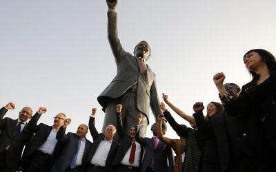 La statue de Nelson Mandela offerte par Johannesburg à Ramallah, le 26 avril 2016 (Crédit : AFP / ABBAS MOMANI)