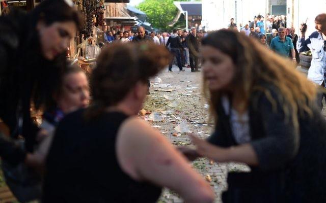 Une femme aide une femme blessée après un attentat suicide à Bursa, au nord-ouest de la Turquie, le 27 avril 2016. (Crédit : AFP PHOTO / ONUR YURTSEVER)