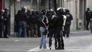 Des membres de la BRI, une unité spéciale de la police française, à Saint-Denis, une banlieue du nord de Paris, le 18 novembre 2015. (Crédit : AFP/Kenzo Tribouillard)