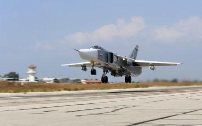 Un avion bombardier russe Sukhoi Su-24 décolle de la base aérienne de Hmeimim  dans la province syrienne de Lataquié, le 3 octobre 2015 (Crédit : AFP/KOMSOMOLSKAYA PRAVDA/ALEXANDER KOTS)