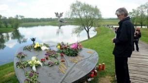 Un homme devant le mémorial du camp de la Seconde Guerre Mondiale de Jasenovac pendant une cérémonie en mémoire des dizaines de milliers de victimes tuées par le régime croate pro-nazi, le 26 avril 2015. (Crédit : AFP PHOTO / STRINGER)