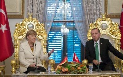 Angela Merkel, chancelière allemande, à gauche, et Recep Tayyip Erdogan, président turc, à Istanbul, le 18 octobre 2015. (Crédit : Tolgas Bozoglu/Pool/AFP)