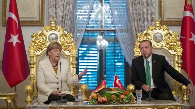 Angela Merkel (g) et Recep Tayyip Erdogan à Istanbul, le 18 octobre 2015 (Crédit : AFP/Tolgas Bozoglu/Pool)