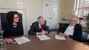 Le président du Parti travailliste britannique, Jeremy Corbyn (à droite), avec le président du conseil des députés juifs de Grande-Bretagne, Jonathan Arkush (au centre) et son dirigeant exécutif Gillian Merron (à gauche), le 9 février 2016. (Crédit : autorisation)