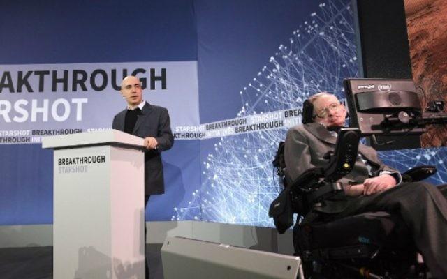 L'investisseur juif russe milliardaire Yuri Milner et le célèbre astrophysicien Stephen Hawking pendant une conférence de presse pour annoncer Breakthrough Starshot, un nouveau programme d'exploration spatiale, à New York, le 12 avril 2016. (Crédit : Bryan Bedder/Getty Images pour Breakthrough Prize Foundation/AFP)