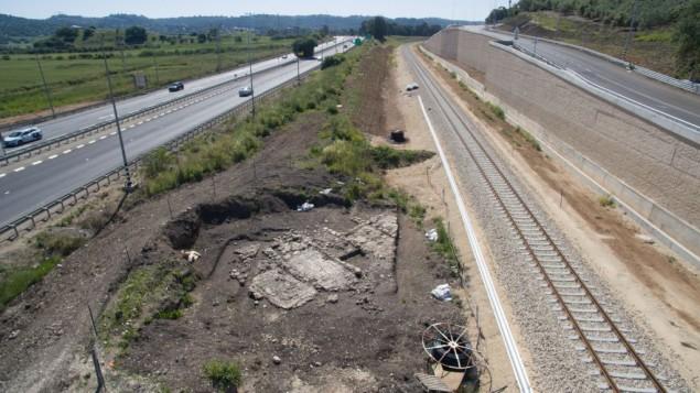 Les fours découverts, à côté de la voie ferrée. (Crédit : Assaf Peretz, autorisation de l'Autorité israélienne des Antiquités)