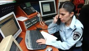 Une policière dans un centre d'appel d'urgence. Illustration. (Crédit : Flash90)