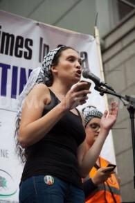 """Malia Bouattia, nouvelle présidente de l'Union nationale des étudiants du Royaume-Uni, parle des """"médias dirigés par des sionistes"""" et de la lutte armée palestinienne, en septembre 2014. (Crédit : Facebook officiel)"""