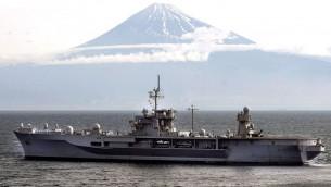 Le USS Blue Ridge devant le mont Fuji, au Japon, en mai 2008. (Crédit : US Navy, Heidi McCormick, domaine public, via WikiCommons)