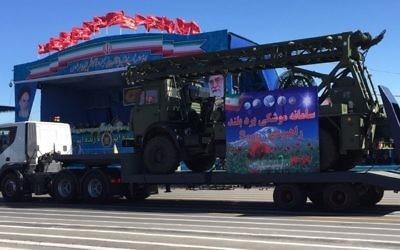 L'Iran exhibe ce qu'il affirme être des morceaux du système de défense aérienne S-300, à Téhéran, le 17 avril 2016. (Crédit :  agence Fars News)