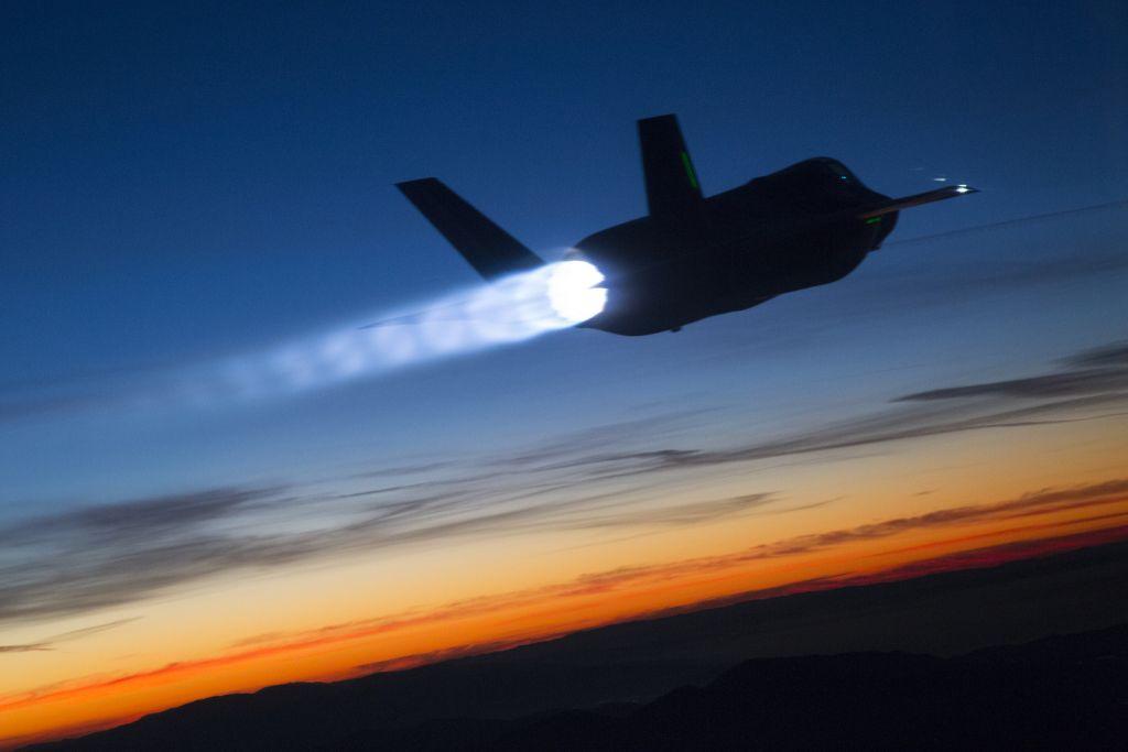 Le F-35 Lightning II lors d'un test de ravitaillement au crépuscule en janvier 2015. (Crédit : Tom Reynolds / Lockheed Martin)