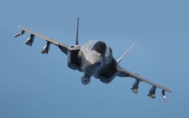 Le F-35 Lightning II pendant un test de ravitaillement, près de Patuxent River dans le Maryland, le 5 septembre 2014. (Crédit : Layne Laughter/Lockheed Martin)