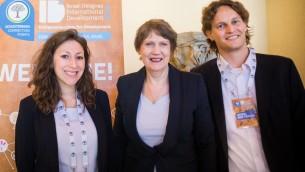 Helen Clark (au centre), entourée de Danielle Abraham et Daniel Ben Yehuda (Crédit : autorisation)