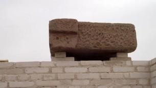 Deux étoiles à six branches sur une pierre calcaire appartenant à un temple de l'époque ptolémaïque dédié à Osiris sur l'île d'Eléphantine, dans le sud de l'Egypte. (Crédit : autorisation du ministère égyptien des Antiquités)