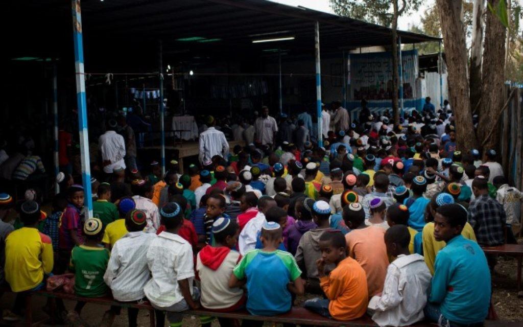 De jeunes garçons de la communauté juive éthiopienne Falash Mura attendent la prière dans la synagogue de Gondar, en Ethiopie, le 22 avril 2016. (Crédit : Miriam Alster/FLASH90)