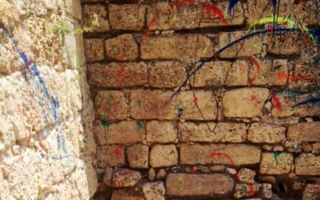 Restes de peinture après la fête d'un lycée dans une ancienne citadelle d'Ashdod en avril 2016. (Crédit : autorisation de l'Autorité israélienne des antiquités)