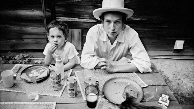 Bob Dylan et son fils, Jesse, à Woodstock, New York, 1968. (Crédit : Elliott Landy/Press License, Landy - Le musée du peuple juif de Beit Hatfutsot/via JTA)