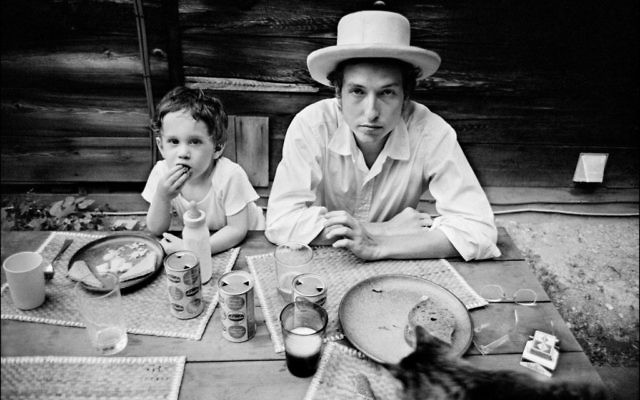 Bob Dylan et son fils, Jesse, à Woodstock, New York, 1968. (Crédit : Elliott Landy/Press License, Landy - Le musée du peuple juif de Beit Hatfutsot/via JTA)