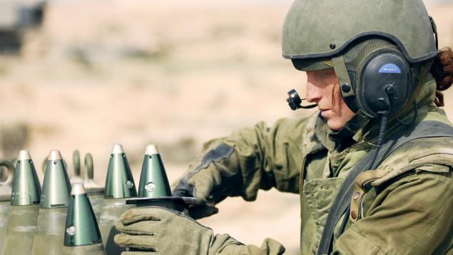 Illustration. Une soldate du Corps de l'artillerie prépare un obus sur la base militaire israélienne de Shivta, dans le désert du Néguev, le 18 novembre 2008. (Crédit : unité des portes-paroles de l'armée/Flickr)