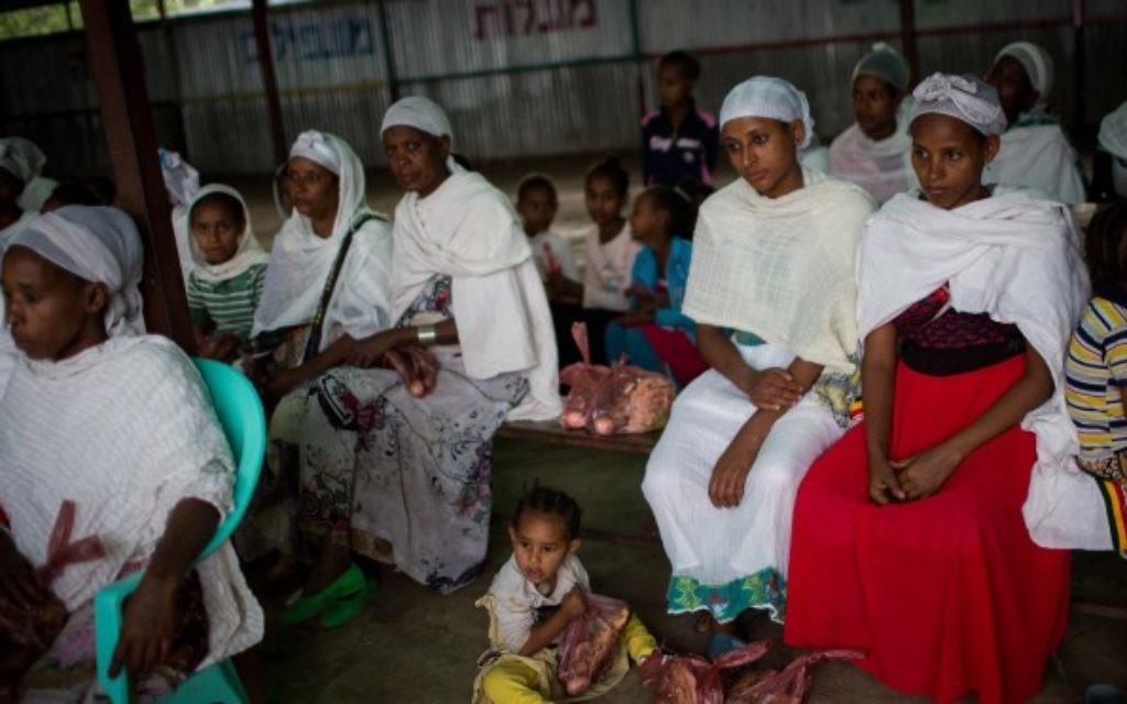 Des membres de la communauté juive éthiopienne Falash Mura attendent la prière avant d'assister au repas du seder de Pessah, dans la synagogue de Gondar, en Ethiopie, le 22 avril 2016. (Crédit : Miriam Alster/FLASH90)