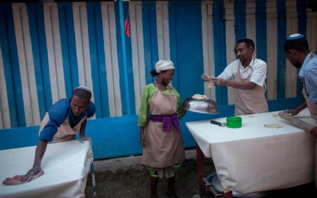 Des membres de la communauté juive de Gondar préparent les matzas avant Pessah le 20 avril 2016. La pâte a matza doit être faite rapidement et efficacement pour que la matza puisse être cuite en moins de 18 minutes.(Crédit : Miriam Alster/FLASH90)