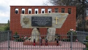 Monument en mémoire de  la famille Ulma, exécutée par les nazis en 1944 pour avoir accueilli des Juifs dans le village polonais de Markowa. (Crédit : Wojciech Pisz)