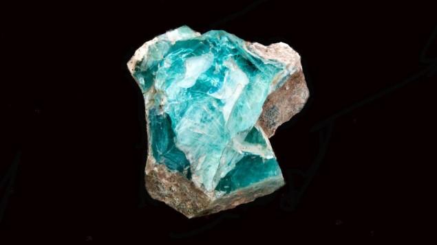 Un morceau de verre retrouvé dans un four (photo en studio, Crédit : Shmuel Magal, autorisation de l'Autorité israélienne des Antiquités)